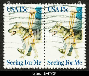 Nahaufnahme von 2 USA Briefmarke mit Menschen arbeiten mit Blindenhund im Kabelbaum. Im Jahr 1979 herausgegeben. Sc #1787 - Stockfoto