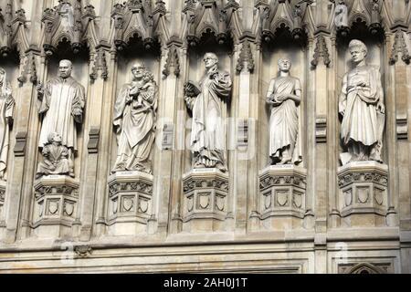 London, Großbritannien - Westminster Abbey Detail der Fassade. Moderne Märtyrer eingestellt von Skulpturen, Martin Luther King Jr, St Oscar Romero, Dietrich Bonhoeffer, - Stockfoto