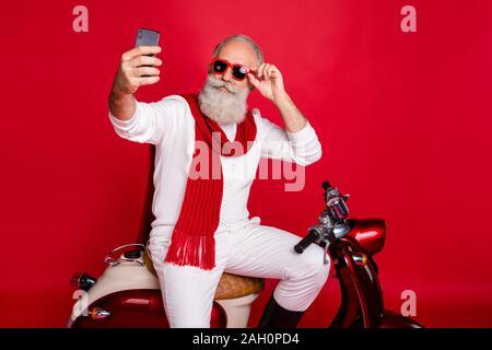 Porträt Seiner er schön attraktiv stilvoll trendy zuversichtlich cool grauhaariger Mann nehmen die selfie berühren Sun specs Brillen Brillen isoliert - Stockfoto