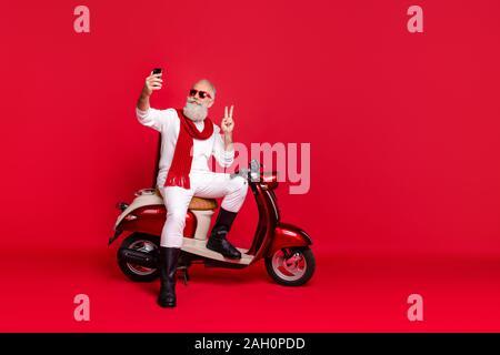 Porträt Seiner er schön attraktiv stilvoll trendy zuversichtlich Inhalt optimistisch grauhaariger Mann nehmen die selfie angezeigt v-Schild über isoliert - Stockfoto