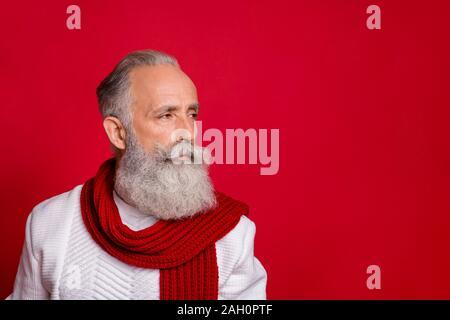 Close up Profil Seite Foto von wunderschönen alten Mann, bekleidet mit weißen Pullover über den roten Hintergrund isoliert - Stockfoto