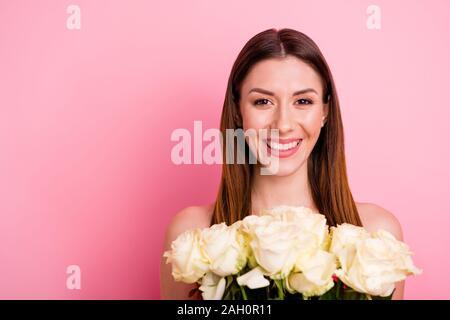 Close-up Portrait von ihr, daß sie schöne attraktive Bezaubernd, charmantes, cute winsome Heiter Heiter braunhaarige Mädchen, dass in Händen weisse Rosen über isoliert - Stockfoto