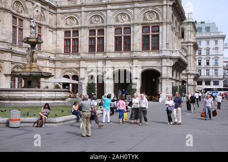 Wien - 7. SEPTEMBER: Touristen bummeln am 7. September 2011 in Wien. Ab 2008 war Wien die 20 meist besuchten Stadt weltweit (durch internationale vi. - Stockfoto