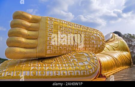 Füße von Giant Buddha Statue im buddhistischen Tempel von Thailand auf dem Hintergrund einer spektakulären blauer Himmel mit Wolken im Morgenlicht - Stockfoto