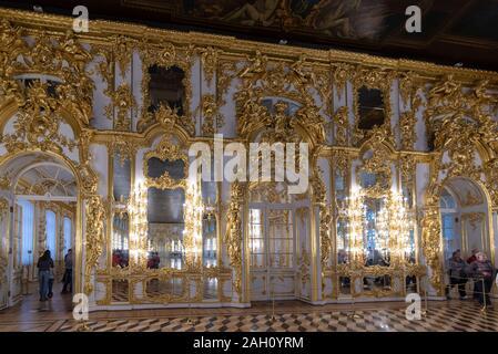 Tsarskoye Selo (Puschkin), Sankt Petersburg, Russland - Baroque goldenes Interieur Des Katharinenpalastes, das sich in der Stadt Tsarskoe selo befindet. - Stockfoto