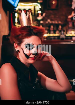 Attraktive Frau mit Sugar Skull Make up. Weibliche in Halloween Stille. Gruselige Nächte. - Stockfoto