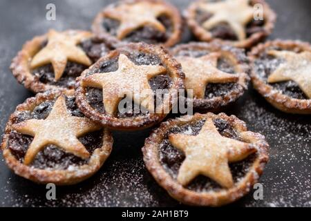 Mince Pies - Hausgemachte mit Stars und Puderzucker auf dunklem Hintergrund - Stockfoto