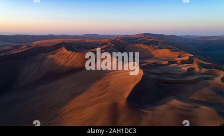 Bewölkt später Sonnenaufgang in der Wüste Lut