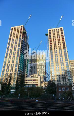 Hoher Turm Bausteine der neuen gemischte Verwendung Victoria Square Entwicklung kurz vor der Fertigstellung im Stadtzentrum von Woking, Surrey, England Südosten - Stockfoto