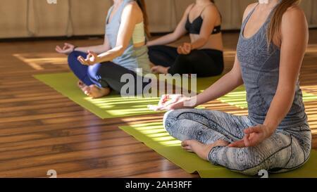 drei mädchen üben yoga navasana/boot darstellen stockfoto