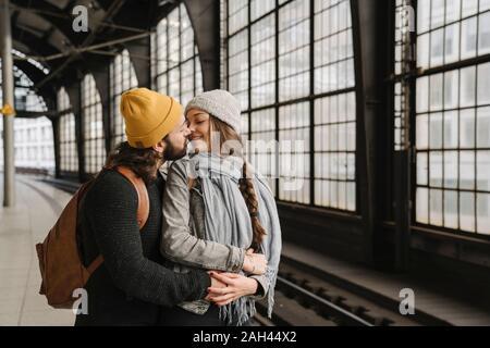 Junges Paar küssen am Bahnsteig, Berlin, Deutschland Stockfoto