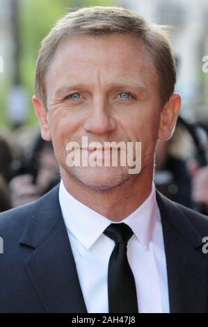 Daniel Craig. Flash Back von Toren. UK Premiere, Empire Leicester Square, London. Großbritannien - Stockfoto