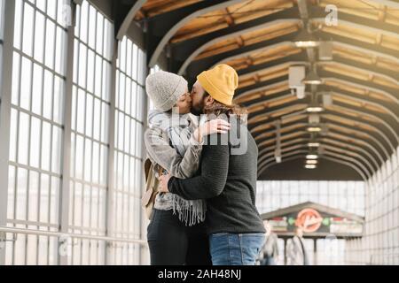 Junges Paar Küssen in einer U-Bahn-Station, Berlin, Deutschland Stockfoto