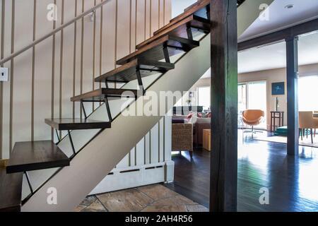 Moderne Holz Treppen mit Blick auf die Wohn- und Essbereich, offene Grundriss - Stockfoto