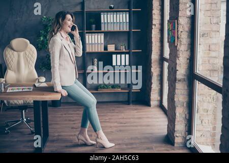 Profil Seite in voller Länge Körper Größe Blick auf hübsche attraktive charmante Stilvolle, trendigen fröhlichen reife Lady hai Direktor am Telefon sprechen in - Stockfoto