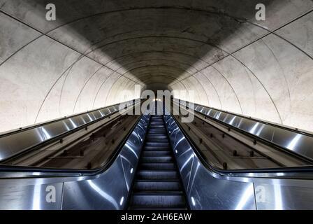 Suche die Rolltreppe nach oben Tunnel von der Washington DC Metro Station - Stockfoto