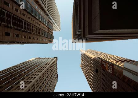 Blick auf die Wolkenkratzer von unten. Blick auf Bürogebäude im Finanzdistrikt, San Francisco, Kalifornien, USA