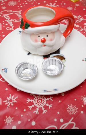 Empty Santa Becher und Mince Pie Fällen - Stockfoto