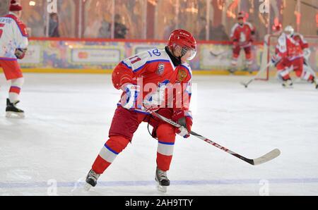 Der russische Präsident Wladimir Putin, #11, während eine freundliche Eishockey Match in der Nacht Hockey League im Kaufhaus GUM Eisbahn auf dem Roten Platz 25 Dezember, 2019 in Moskau, Russland. - Stockfoto