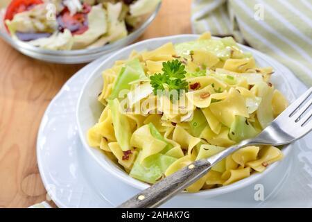 Eine vegetarische Mahlzeit österreichische Nudeln mit gebratenen Weißkohl genannt Krautfleckerl - Stockfoto