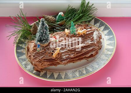 Yule Log auch als Buche de Noel bekannt. Eine Schokolade schwamm Roulade iced mit chocoate Butter Puderzucker. - Stockfoto