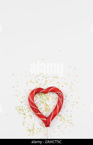 Rotes Herz wie lollipop Candy auf weißem Hintergrund. Valentines Tag minimalistischen Hintergrund. Rotes Herz, liebe Symbol, Raum für Text Konzept. Grafik Design - Stockfoto
