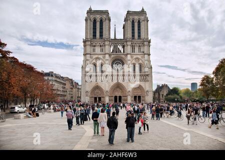 Notre-Dame, eine historische katholische Kathedrale, eines der wichtigsten touristischen Ziele der Stadt Paris. Bild vor dem großen Feuer von 2019 - Stockfoto