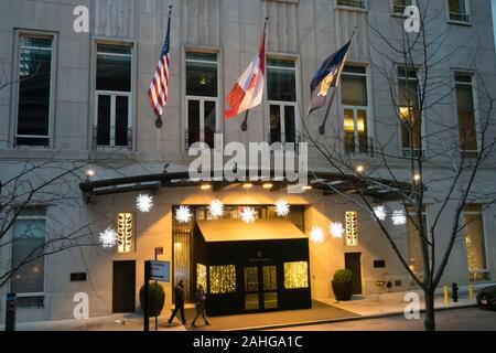 Das Four Seasons Hotel in der Innenstadt ziert für die Ferienzeit, New York City, USA - Stockfoto