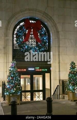 Der New Yorker Börse wird festlich mit Lichtern und Girlanden während der Ferienzeit, NYC, USA