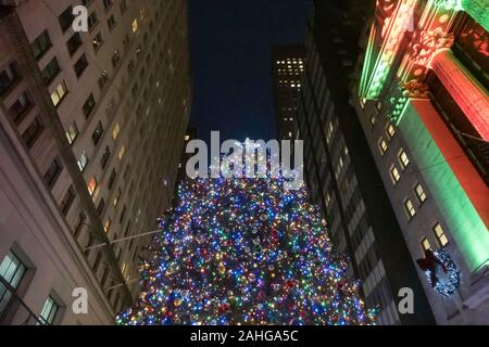 Der New Yorker Börse wird festlich mit Lichtern und Girlanden während der Ferienzeit, NYC, USA - Stockfoto