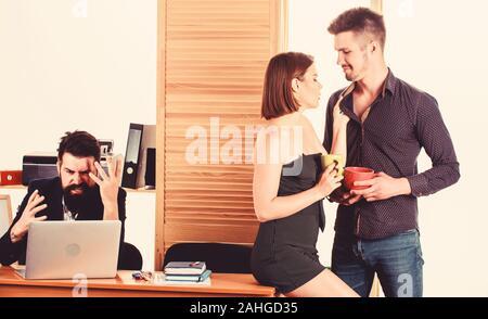 Mittagessen ist nicht festgelegt. Junge Mitarbeiter Sprechen während der Arbeit Mittagessen. Zwei Mitarbeiter in Tee oder Kaffee zum Mittagessen. Geschäftspartner, die sich in der Mittagspause während verärgert Kollegen im Hintergrund arbeiten. - Stockfoto
