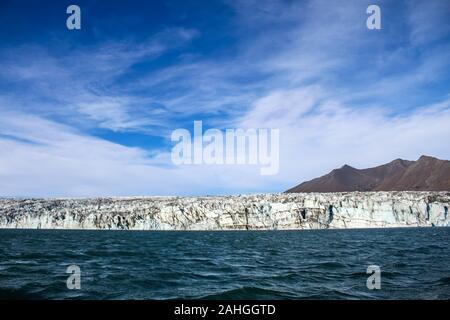 Eisberge vom Gletscher schwimmen in eine Lagune in Island als Folge der globalen Erwärmung Stockfoto