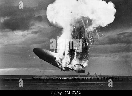 Ansicht von der linken Seite des Deutschen Luftschiff Zeppelin LZ 129 Hindenburg brennen in Lakehurst, New Jersey, 6. Mai 1937; die Katastrophe ist aufgetreten, während das Luftschiff Landung war. In diesem Foto, die hintere Hälfte des Schiffes ist auf Feuer aber das Schiff ist immer noch über dem Boden; Nase ist steil nach oben geworfen. - Stockfoto