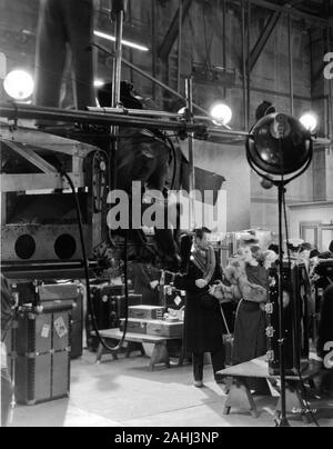JOAN CRAWFORD und NILS ASTHER auf MGM Sound Stage Dreharbeiten LETTY LYNTON Direktor 1932 Clarence Brown Kostüme Gilbert Adrian Metro Goldwyn Mayer - Stockfoto