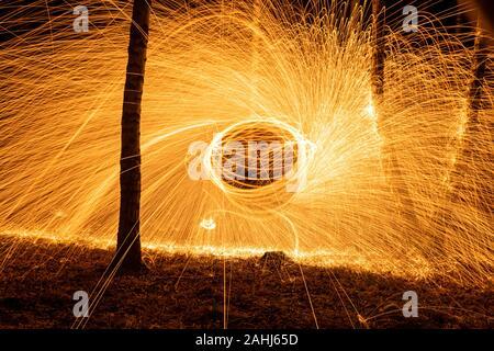 Feuer Kreis drehen von Stahlwolle erstellen Spirale Funken, Stahl Wolle spinnen Brand Kreis drehen von Stahlwolle erstellen Spirale Funken, Birke grov Stockfoto