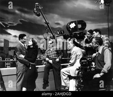 JOHN GARFIELD JOAN CRAWFORD Regisseur Jean Negulesco und Kameramann ERNEST HALLER (im weissen Anzug) mit Filmteam auf offener Satz Filmen 8,5 1946 Geschichte Fannie Hurst Drehbuch Clifford Odets und Zachary Gold Warner Bros. - Stockfoto