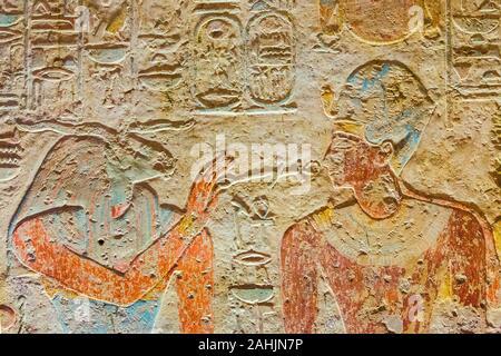 Ägypten, Tempel von Beit el Wali, kalabsha Island, Lake Nasser. Frühe Bau von Ramses II. Der Gott Khnoum die Zeichen von Kraft und Leben präsentiert. - Stockfoto