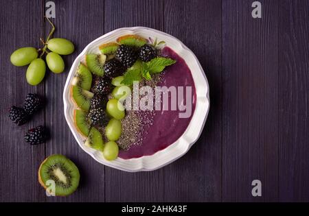 Ansicht von oben ein Smoothie Schale von acai Pulver, Trauben, Brombeeren und Chia Samen - Stockfoto