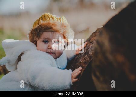 Little Boy gekleidet, wie Max aus, wo die wilden Dinge sind in den Wäldern - Stockfoto
