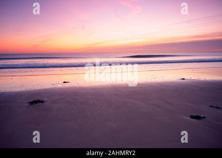 Lange Belichtung Landschaft Bild von Seaburn Beach in der Nähe von Sunderland in Tyne und Wear, Großbritannien, bei Sonnenaufgang im späten Dezember getroffen. Lebendige Farben - Stockfoto