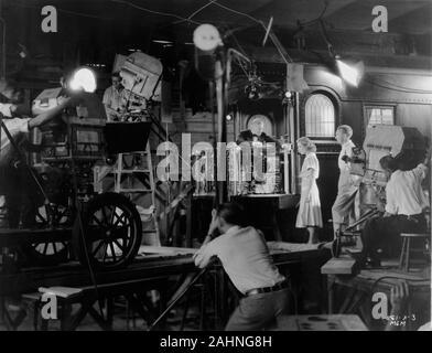 """JOAN CRAWFORD und Richard """"SKEETS"""" Gallagher und Film Crew am Set offen Dreharbeiten zug Reihenfolge in besaß 1931 Regisseur Clarence Brown Metro Goldwyn Mayer - Stockfoto"""