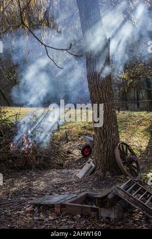 Sonnenstrahlen werden durch den Rauch aus dem in der Nähe Feuer in Talheim, Deutschland hervorgehoben. - Stockfoto