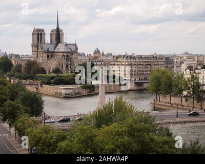 Notre Dame de Paris und die Pont des Tournelles - Stockfoto