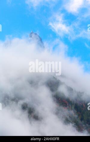 Aiguille du Midi-Peak zwischen Wolken, Berg in das Mont Blanc Massiv in den Französischen Alpen, Chamonix, Frankreich - Stockfoto