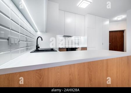 Moderne Küche Innenausstattung in Weiß mit Holz-Finish - Stockfoto