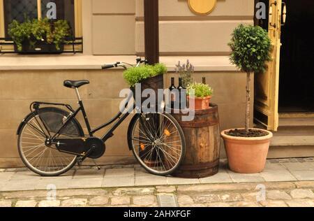 Retro Vintage Fahrrad auf einer Straße in der Altstadt. Alte, charmante Straße Dekoration. - Stockfoto