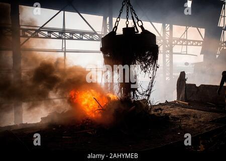Schrott Stahl Schmilzt In Einem Induktionsofen In Einer Kleinen