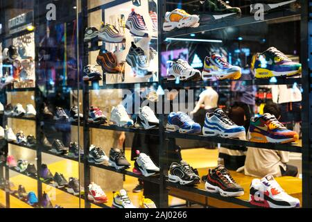 Hongkong - November, 2019: Nike Turnschuhe im Schaufenster an Sneaker street in HongKong - Stockfoto