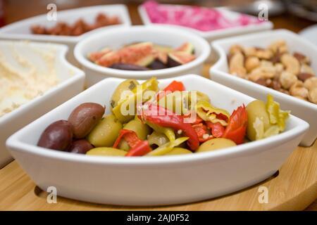 Lazy Susan mit einer Vielzahl von frischen Lebensmitteln auf Tisch - Stockfoto