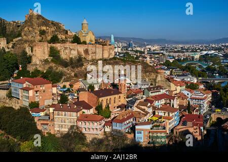 Georgien, Kaukasus, Tbilissi, die Altstadt oder Dzveli Kalaki, der Bezirk von abanotubani oder Stadtteil Schwefelbäder durch die Festung Narikala